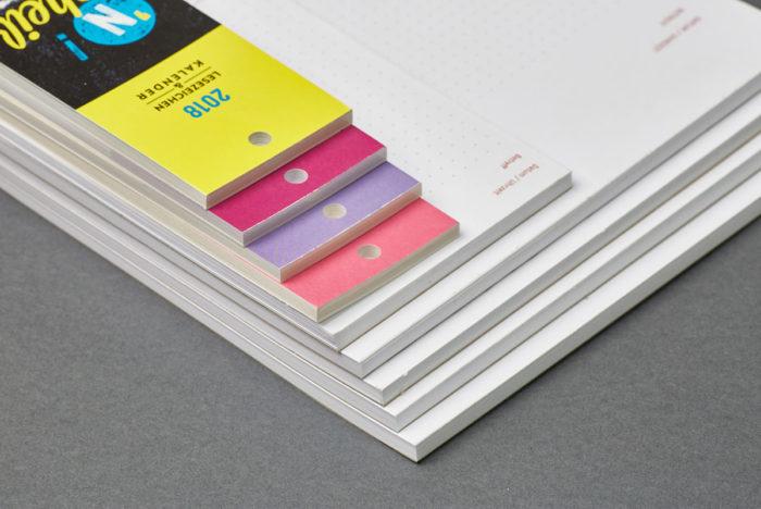 Verleimte Abrisskalender, Notizblöcke und Schreibtischunterlagen