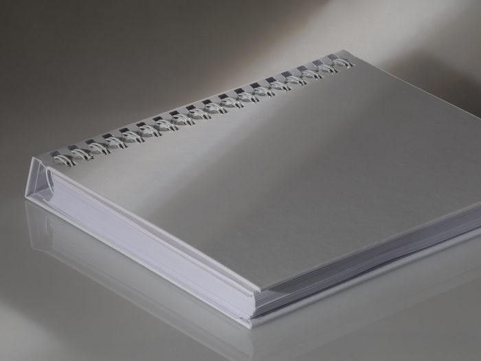 Buch mit halbverdecker Wire-Bindung in Hardcover eingehängt