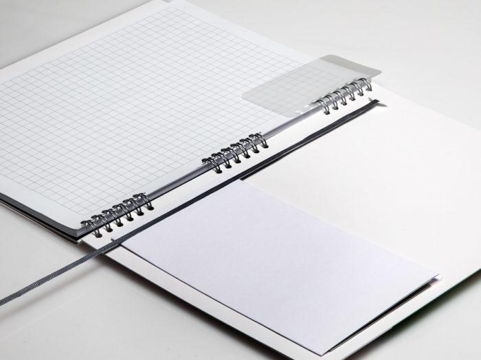 Notizbuch mit Skip-Bindung - erweitert mit einem Einmerkband, herausnehmbaren Lesezeichen aus Pri-Plak und Froschtasche